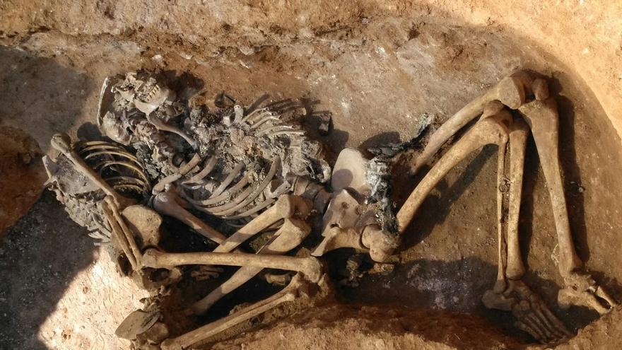 Uno de los restos hallados en la fosa de Sarrià
