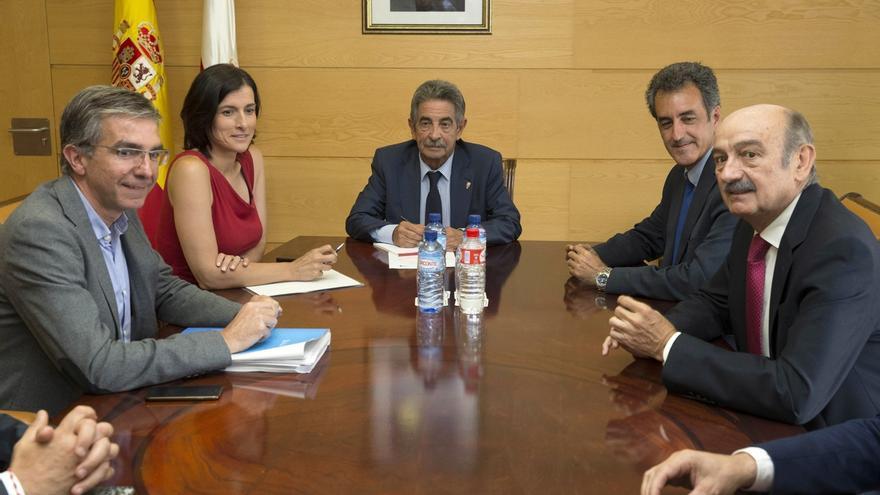 Igual pide colaboración al Gobierno para integración ferroviaria y Revilla dice que se estudiará