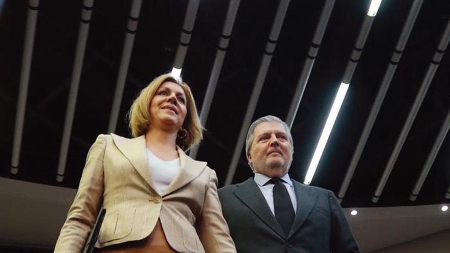 La ministra de Defensa, María Dolores de Cospedal, y el ministro de Educación y portavoz del Gobierno, Íñigo Méndez de Vigo, durante la rueda de prensa tras el Consejo de Ministros.