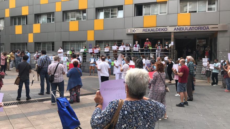 Sanitarios vascos se manifiestan en los ambulatorios contra los recortes y Salud responde con el anuncio de 4.000 plazas