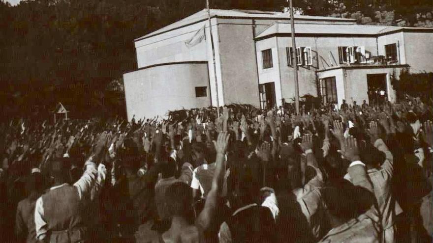 Prisioneros del campo de concentración de La Magdalena (Santander) realizando el saludo fascista