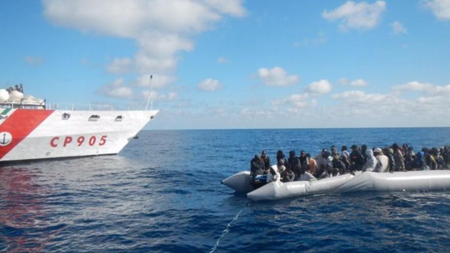 Rescate de una embarcación en el Mediterráneo por la Guardia Costera italiana. | Twitter Guardia Costiera.