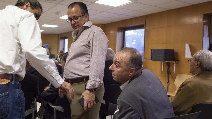 El exalcalde de Santa Cruz de Tenerife Miguel Zerolo (2d), durante la reanudación del juicio del denominado caso de Las Teresitas.