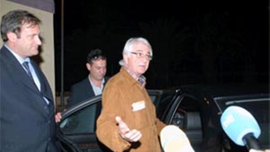 Eduardo López Mendoza, a la izquierda de la imagen, acompaña a Suárez Gil en su salida de la cárcel en 2011.