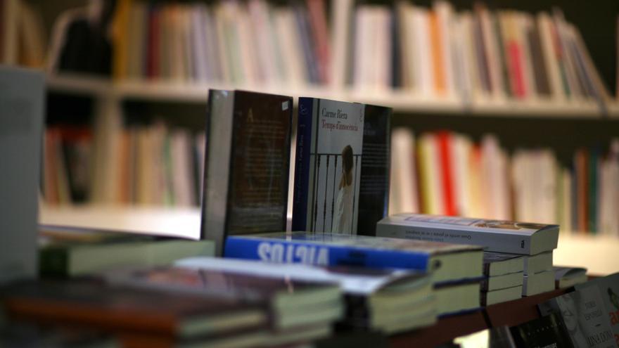 Una estantería de la librería 3 i 4