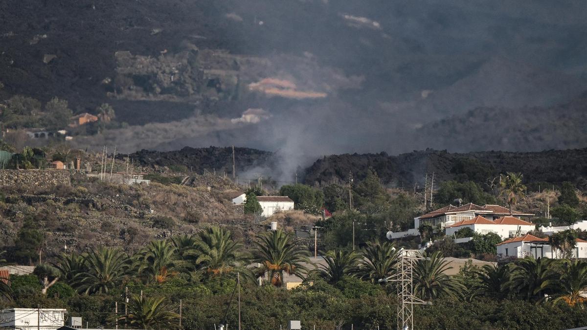la cLa colada de lava expulsada por el volcán Cumbre Vieja de La Palma pasa por encima del pueblo palmeño de Todoque.
