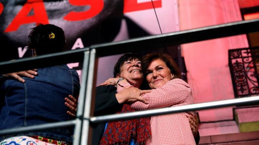 La vicepresidenta, Carmen Calvo, con la senadora Cristina Narbona.