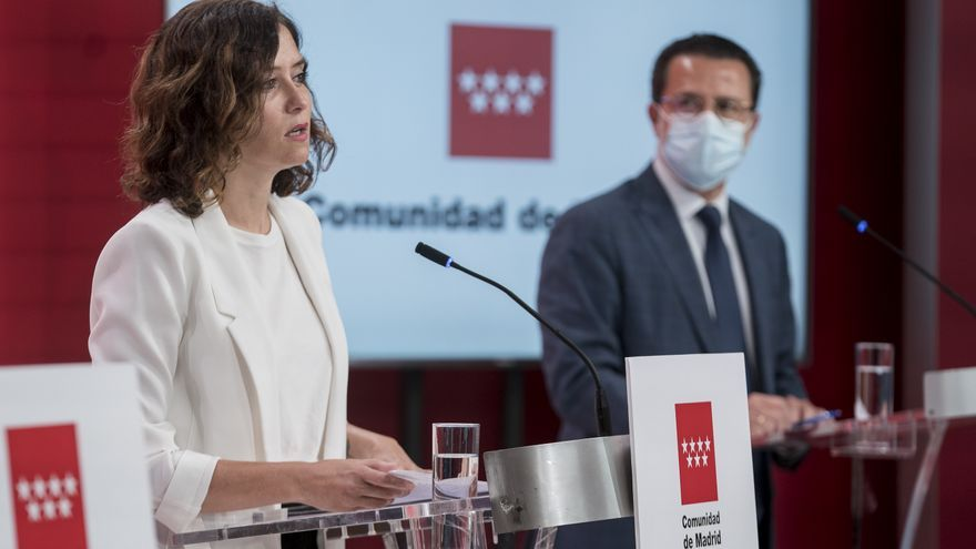 La presidenta de la Comunidad de Madrid, Isabel Díaz Ayuso y el consejero de Economía, Hacienda y Empleo del Gobierno regional.