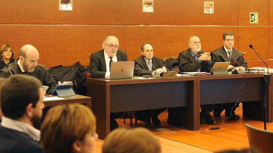 De derecha a izquierda, Gonzalo Susaeta, Jesús Villegas, Carlos Chacón y otros letrados del 'caso De Miguel'