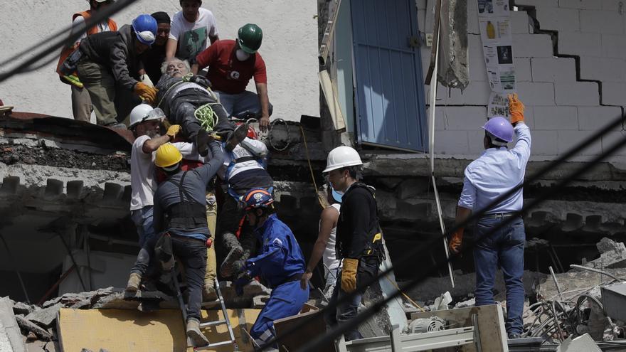 Rescatan a un hombre herido en un edificio colapsado durante el terremoto de Ciudad de México, en el barrio de Roma Norte.
