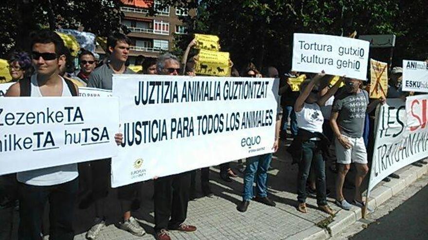 Concentración antitaurina convocada por Equo Euskadi frente a la plaza de toros de Vitoria.