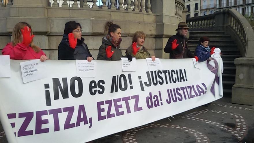 """Colectivos feministas apoyan a la víctima de la supuesta violación grupal y piden un juicio """"limpio y justo"""""""