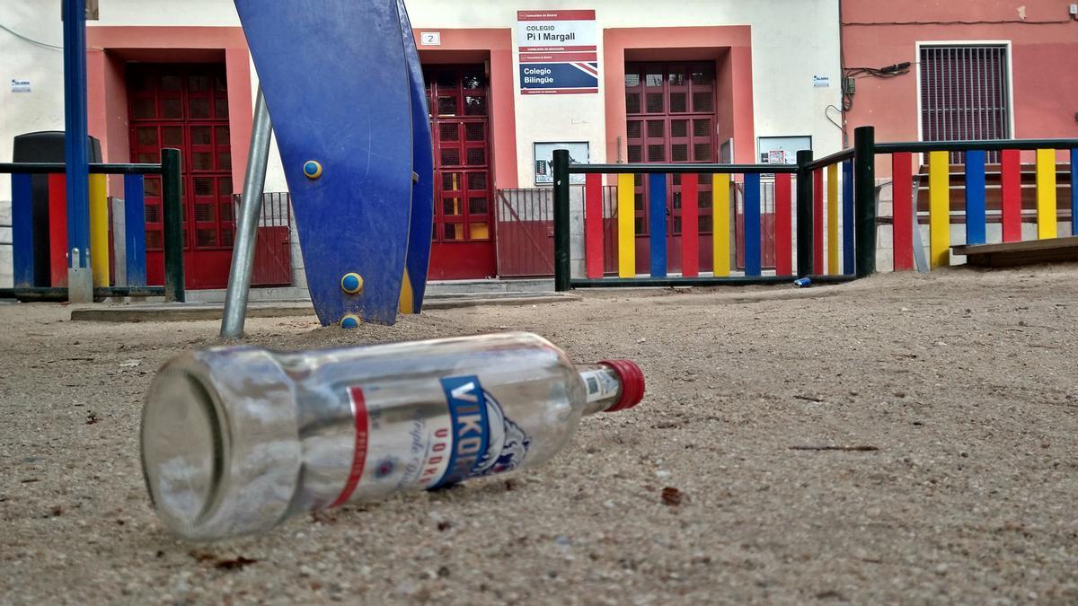 Restos de botellón en el parque infantil situado frente al colegio Pi i Margall