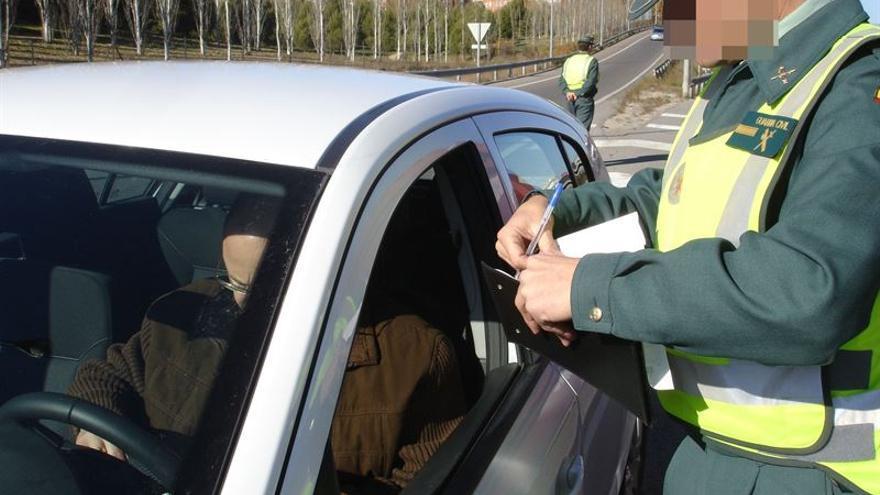 Un agente de la Guardia Civil multa a un conductor. (EUROPA PRESS)