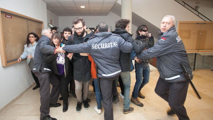 Seguridad detiene a los estudiantes a la entrada del claustro/ Foto: José Sierra