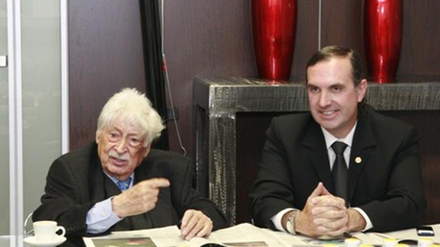 El fallecido José Barea, con José Antonio Martínez en una foto colgada en la web personal de este último en la UNED.