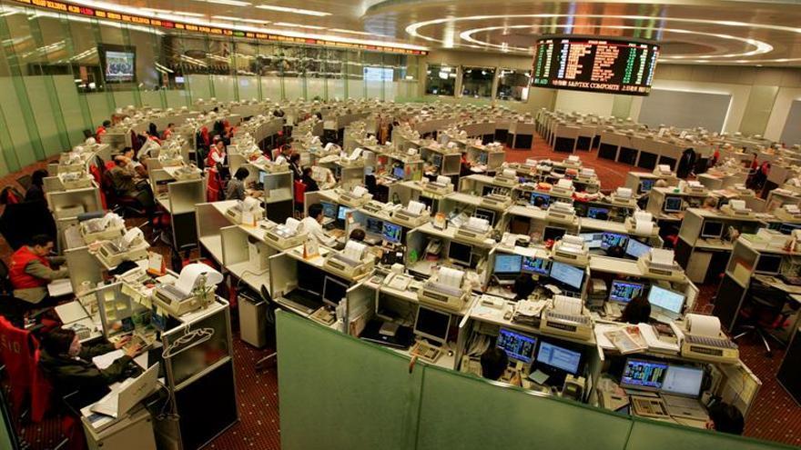 La Bolsa de Hong Kong cae un 2,82 % a media sesión