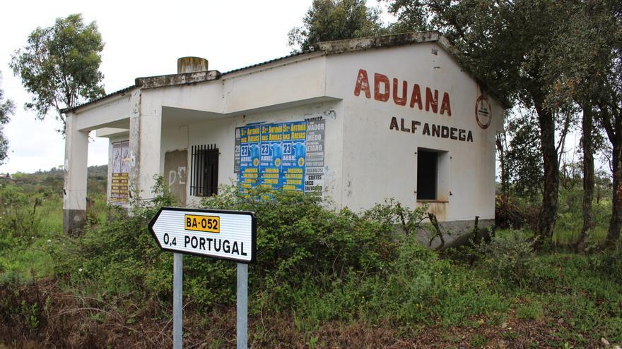 Edificio abandonado de la aduana española en el municipio pacense de La Codosera.