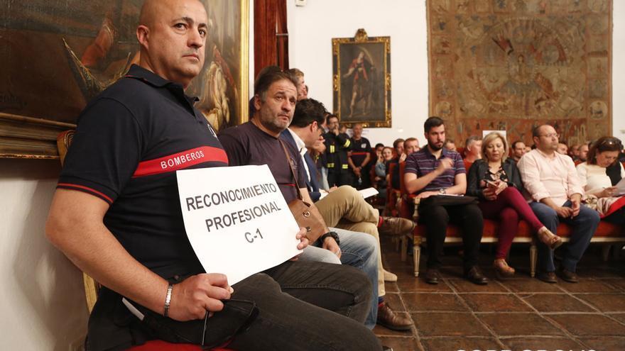 Protesta de bomberos en la Diputación | ÁLEX GALLEGOS