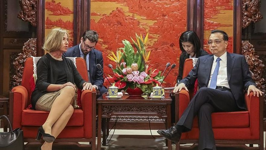 Mogherini se reúne con el primer ministro chino a su llegada a Pekín