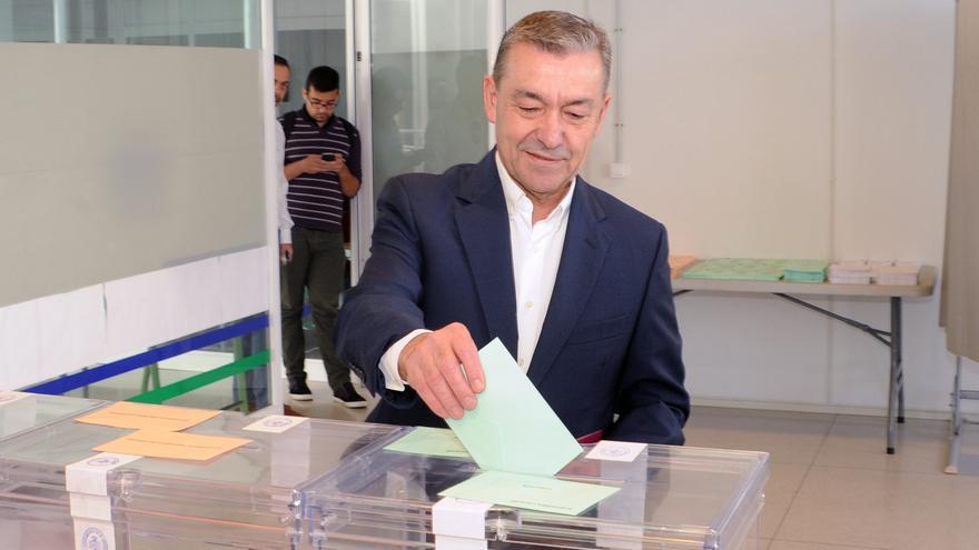 El presidente del Gobierno canario, Paulino Rivero ejerciendo su derecho a voto en El Sauzal, Tenerife
