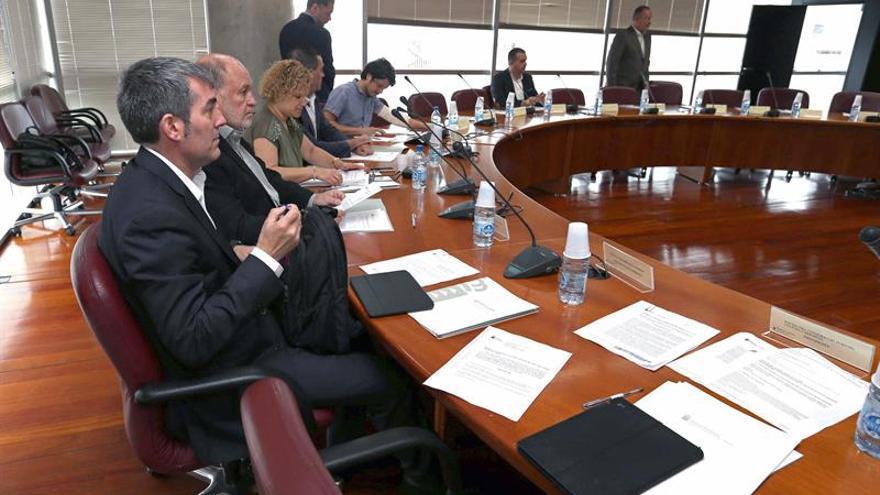 El presidente del Gobierno de Canarias, Fernando Calvijo (i), durante la reunión del Consejo Canario de la Cultura celebrado hoy en Las Palmas de Gran Canaria. EFE/Elvira Urquijo A.