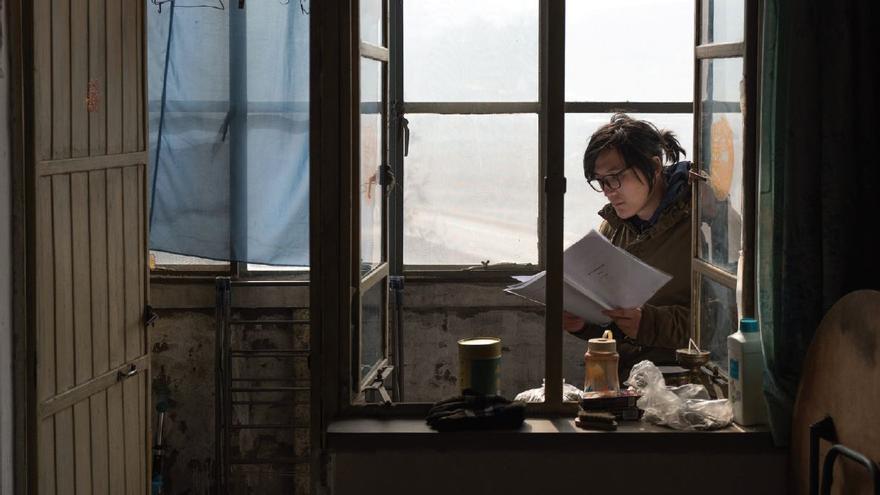 Hu Bo leyendo el guion de 'An Elephant Sitting Still'. Capricci Cine.