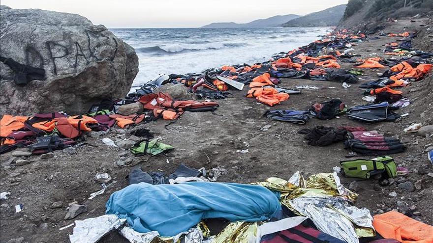 Imagen de archivo del cadáver de una persona junto a varias chaquetas salvavidas, después de un naufragio en el mar Egeo, el 30 de octubre.