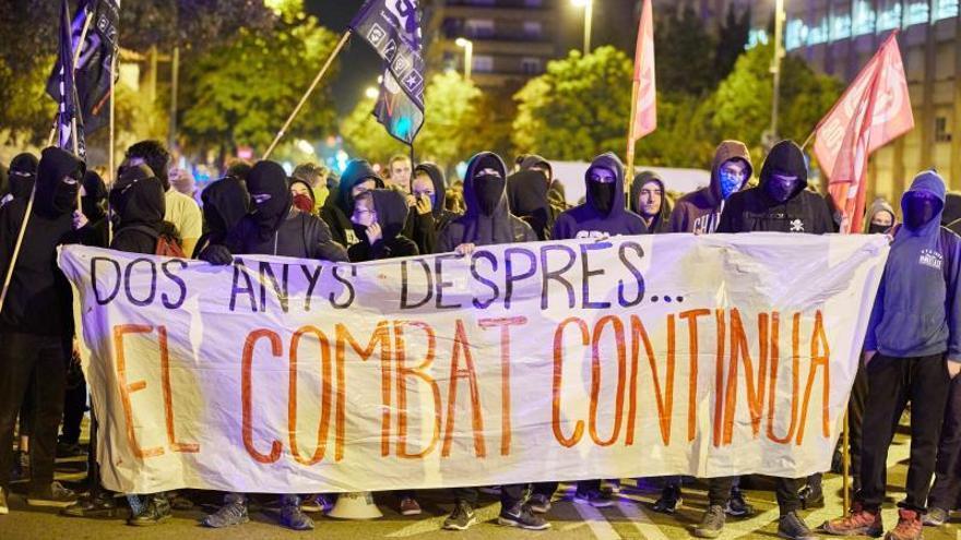 Unos 300 independentistas se han concentrado a primera hora de esta mañana frente al cuartel de la Guardia Civil de Girona, convocados por diversas organizaciones con motivo del segundo aniversario del 1-O, mientras un cordón de los Mossos d'Esquadra les ha impedido acercarse al recinto.