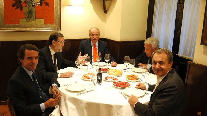 Los ex presidentes Aznar, Rajoy, González y Zapatero, durante una cena con el rey Juan Carlos en 2015
