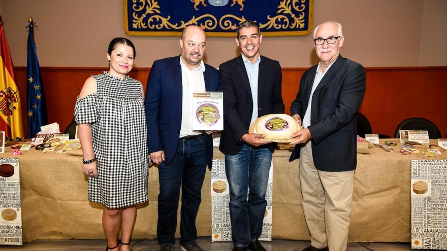 Narvay Quintero (segundo por la derecha), consejero de Agricultura, sostiene el queso premiado