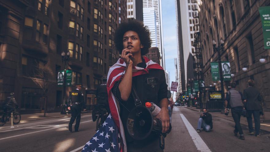 Un joven protesta en Chicago el día antes de la inauguración de Trump.