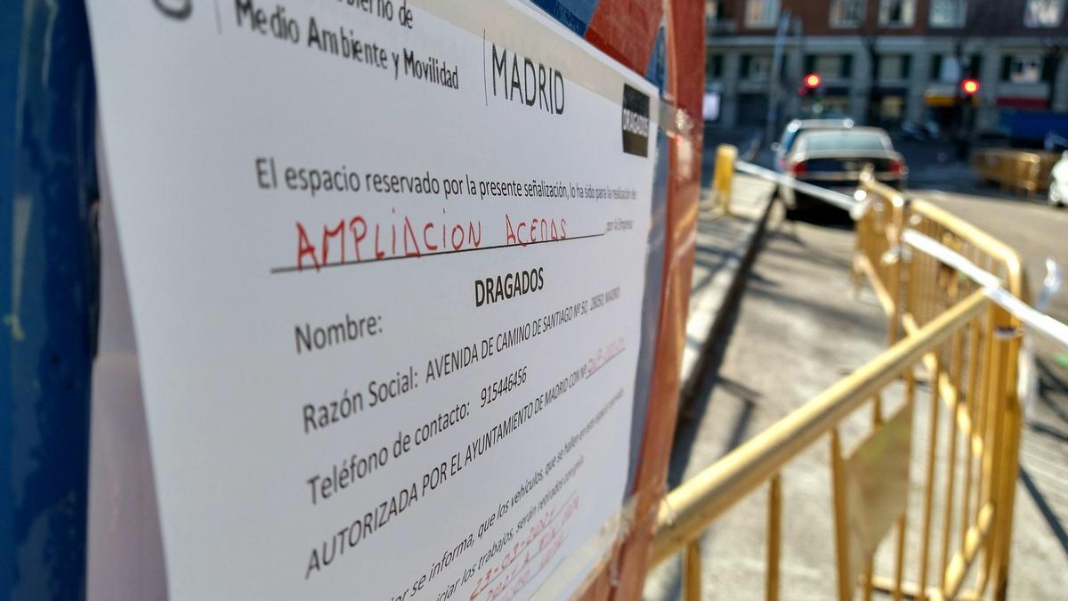 Cartel que anuncia la ampliación de aceras frente al colegio Asunción Rincón