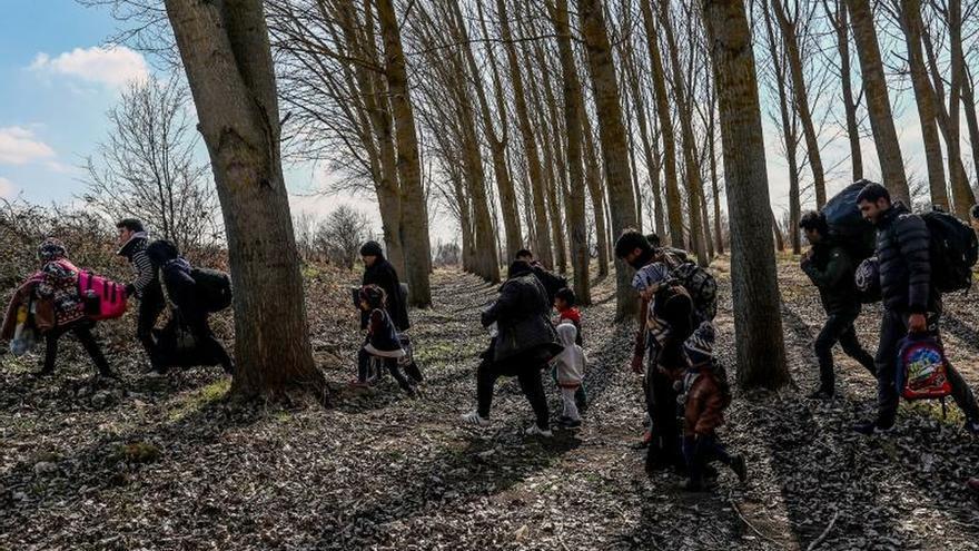 Grupos de refugiados atascados a lo largo de la frontera turcogriega