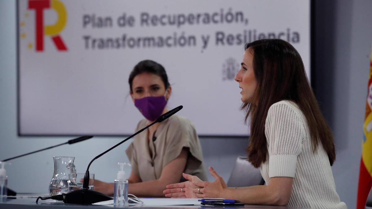 Las ministras de Igualdad, Irene Montero (i), y de Derechos Sociales y Agenda 2030, Ione Belarra, presentan el plan. EFE/Juan Carlos Hidalgo