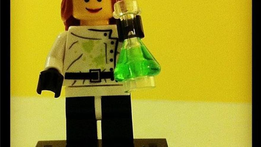 Un juguete de Lego de una científica.