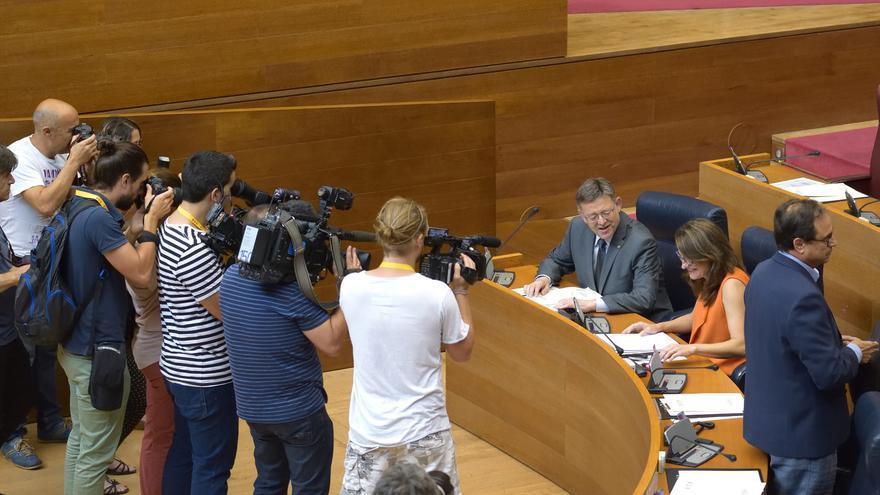 El president Puig dialoga con la vicepresidenta Mónica Oltra antes del comienzo del pleno de las Corts