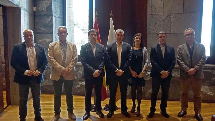 Foto de familia con representantes de Asprocan, el presidente Clavijo y el consejero Narvay Quintero