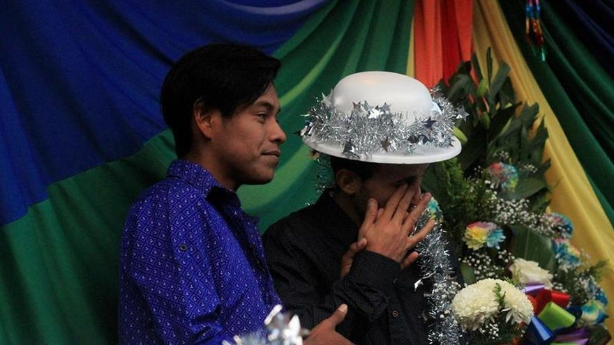 La comunidad LGBT de la caravana migrante celebra boda colectiva en Tijuana
