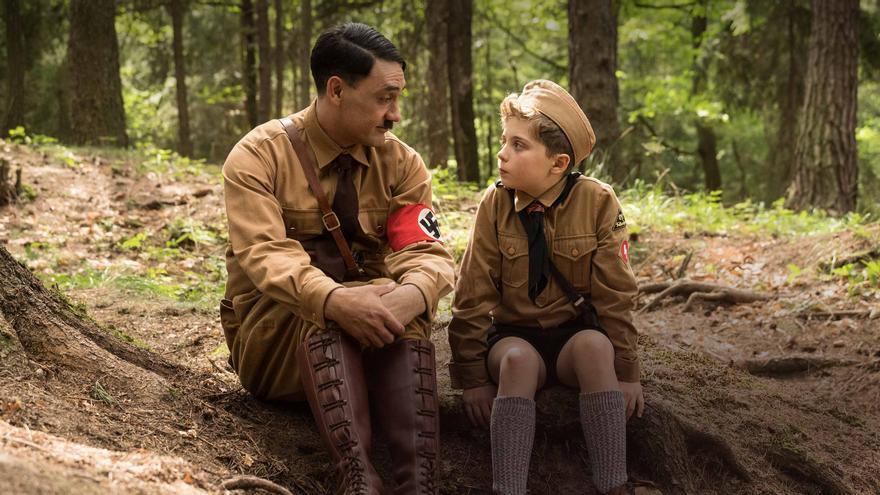 Taika Waititi (que interpreta a Hitler) habla con Roman Griffin Davis