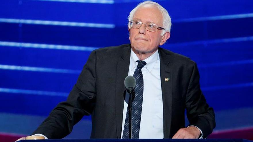 El excandidato a la presidencia de Estados Unidos y senador por Vermont, Bernie Sanders, habla durante la primera jornada de la Convención Nacional Demócrata 2016 hoy, 25 de julio de 2016, en el Wells Fargo Center de Filadelfia, Pensilvania.