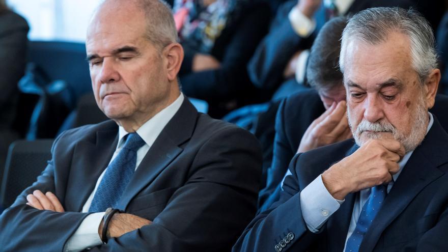 Los expresidentes andaluces Manuel Chaves (i) y José Antonio Griñán (d) / Europa Press