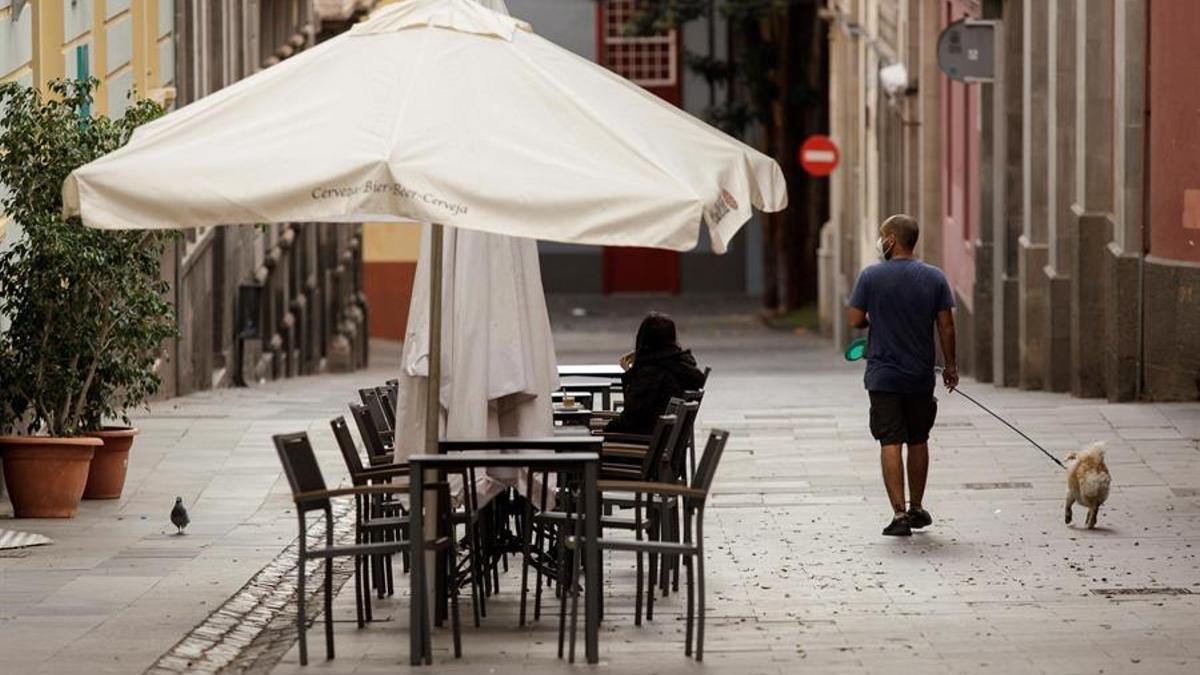 Una terraza de una cafetería en Santa Cruz de Tenerife en plena pandemia