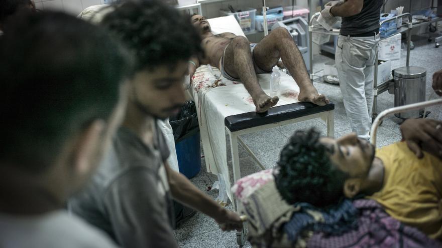 Hospitales, centros de salud y ambulancias están resultando dañados, ya sea de forma directa y premeditada o como consecuencia de daños colaterales. Estos ataques están poniendo en peligro a los pacientes y al personal médico. Muchos profesionales sanitarios han huido de Yemen y cuantiosos hospitales han cerrado porque no pueden operar en las actuales circunstancias. Heridos en la unidad de Urgencias del Hospital Quirúrgico de Adén. Fotografía: Guillaume Binet/MYOP