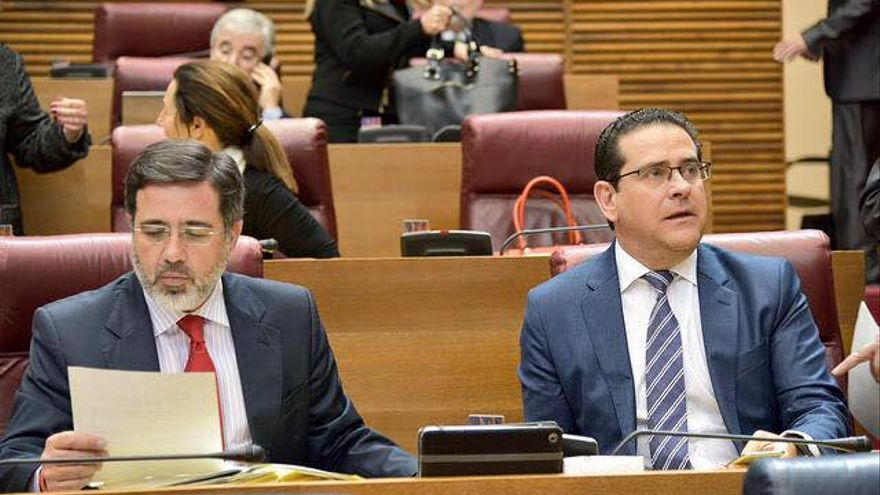 Alfredo Castelló (i) junto a Jorge Bellver (d) en Les Corts Valencianes