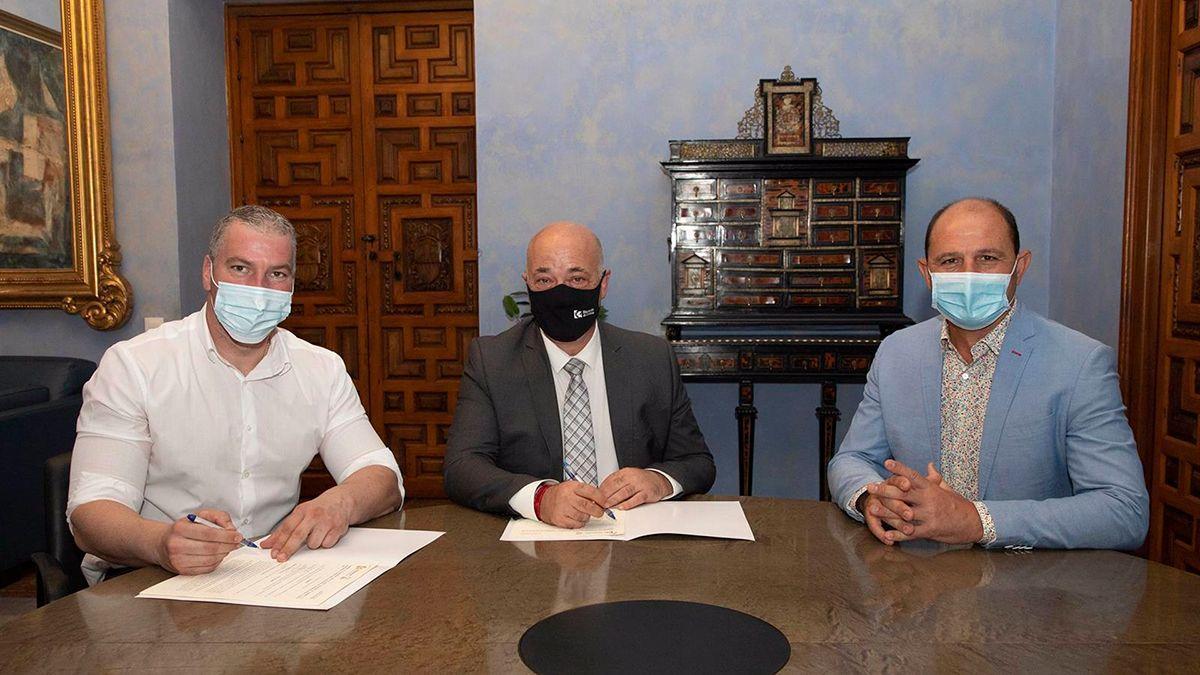 Firma del acuerdo entre la Diputación y el Ayuntamiento de La Carlota.