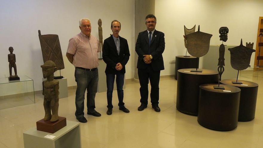 De izquierda a derecha, Jorge Pais, Fernando Barrera y Primitivo Jerónimo en la muestra 'África el arte de un continente'.