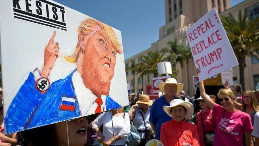 Miles de personas protestan en EE.UU. por recortes de Trump en vivienda social