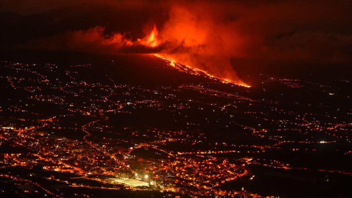 En la imagen, vista de la colada de lava y del valle de Aridane desde el mirador de El Time, en el municipio de Tijarafe, en La Palma. EFE/Miguel Calero