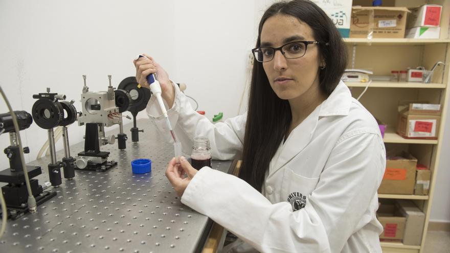 Paloma Arenas, en uno de los laboratorios de la Facultad de Ciencias de la Universidad de Granada. / Miguel R.